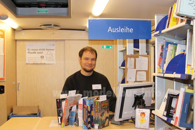 Der Bibliothekar Matthias Weyh an seinem Arbeitsplatz in der Fahrbücherei. Foto: Schreiber