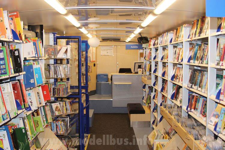 Blick in die rollende Bücherei der Stadt Bremen. Foto. Schreiber