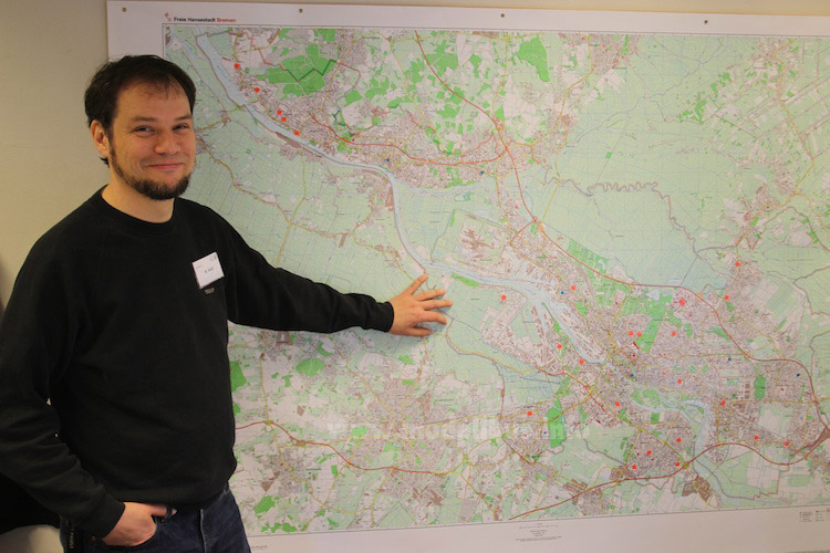 Matthias Weyh zeigt das Einsatzgebiet der Fahrbücherei. Foto: Schreiber