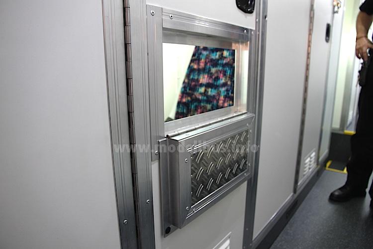 Ein Beispiel für individuelle Kundenwünsche: Statt Schiebefenster diesmal eine Klappe für den Blick in die Zelle.