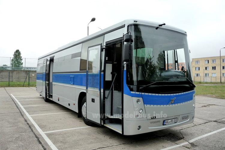 Die Justiz setzt auf eine silbergrau-blaue Farbgestaltung. Links ein GTO im Neoplan-Blechkleid, rechts ein GTO auf Volvo-Basis mit Kiitokori-Aufbau.