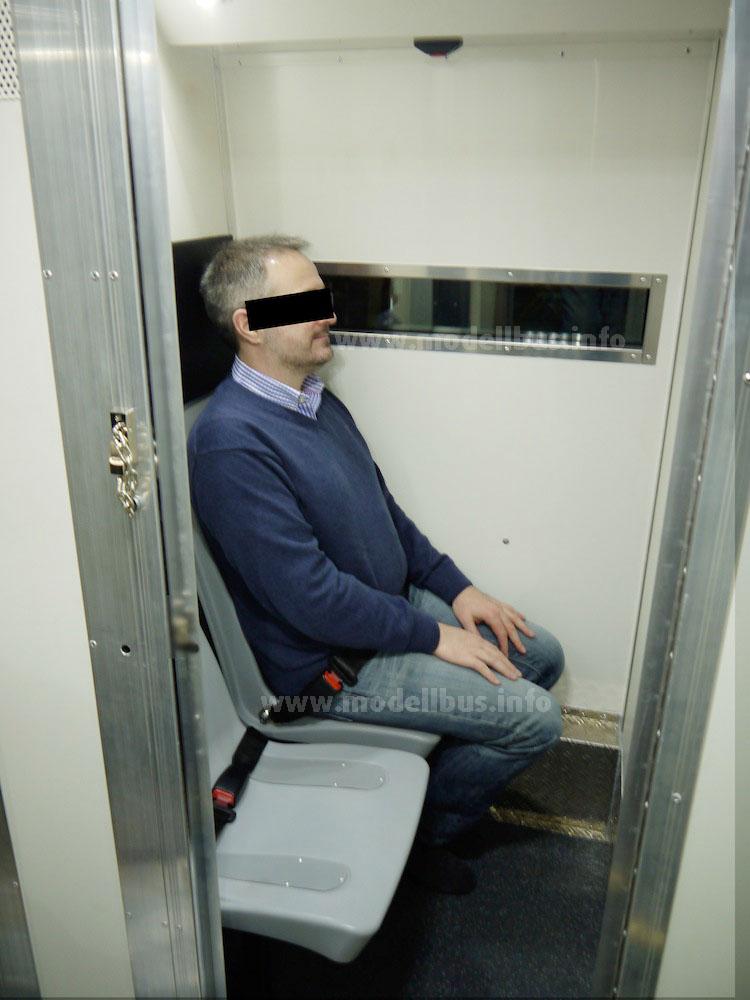 Luxus sieht anders aus: Ein Inhaftierter kann sich freuen, wenn er seine Fahrt auf einer gepolsterten Kunststoffschale in der Zelle absitzen darf.