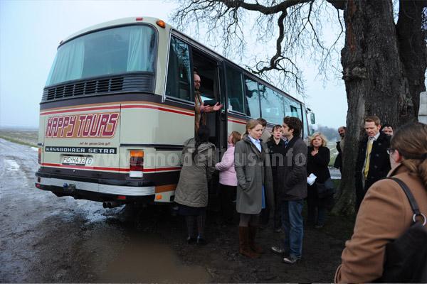 Lagebesprechung nach dem Fauxpass beim Busfahren... Foto: Brainpool / Willi Weber
