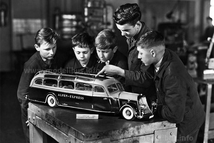 Mit diesem in der Lehrwerkstatt gebauten Modellbus ging Otto Kässbohrer auf Werbetour.