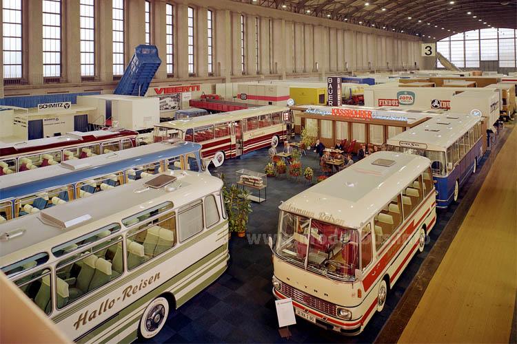 Kässbohrer-Messestand auf der IAA 1969 mit den Exponaten der 100er-Baureihe.