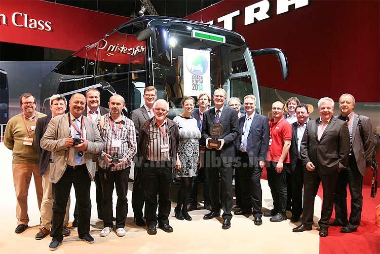 2013: Die internationale Jury mit Trophäe und Preisträger Coach of the Year 2014.