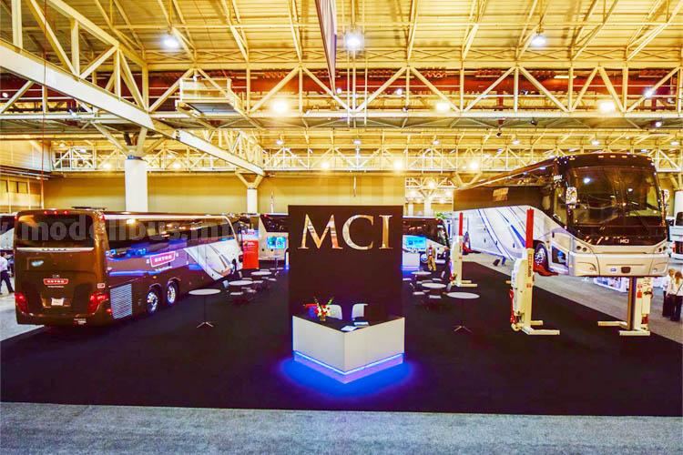 MCI-Stand auf der UMA Expo in New Orleans mit Setra TopClass S 417 und MCI J4500 Reisebus.