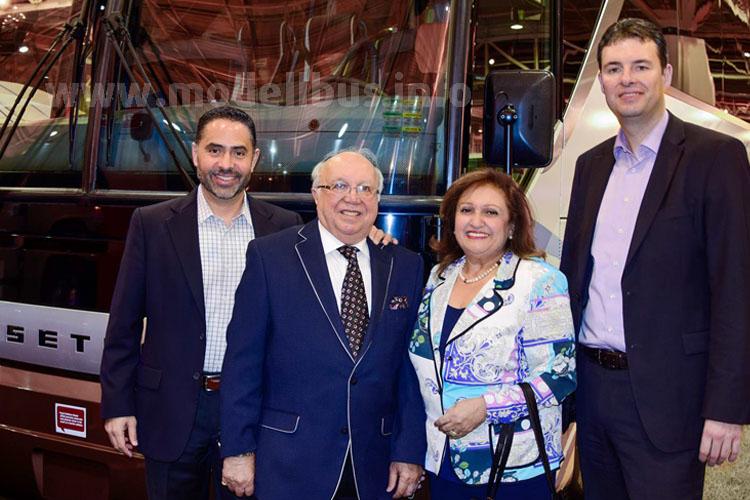 Juan Lepe, MCI-Vertrieb Kalifornien, Vahid Sapir, President & CEO Tourcoach, seine Ehefrau Shoeleh Sapir, CFO des Unternehmens und Bernd Mack, Leiter Marktmanagement Daimler Buses.