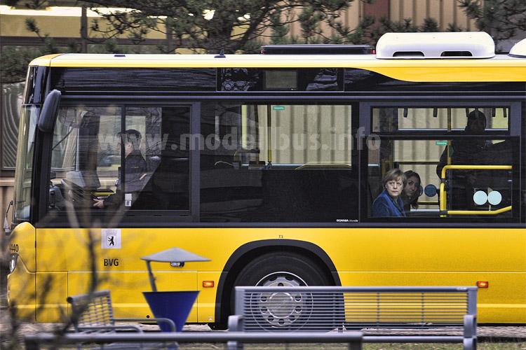 Tauschte die Limousine gegen den Bus: Bundeskanzlerin Angela Merkel. Neben ihr die Staatsministerin Aydan Özouz, Beauftragte für Migration, Flüchtlinge und Integration. Foto: Lambert/BVG