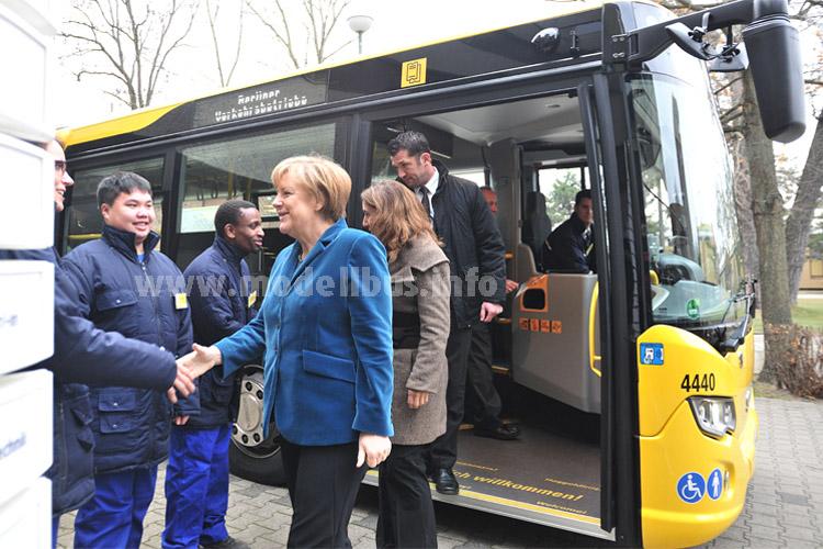 Bundeskanzlerin Angela Merkel besuchte die Berliner Verkehrsbetriebe und fuhr stilecht mit dem Bus zum Termin. Foto: Lambert/BVG