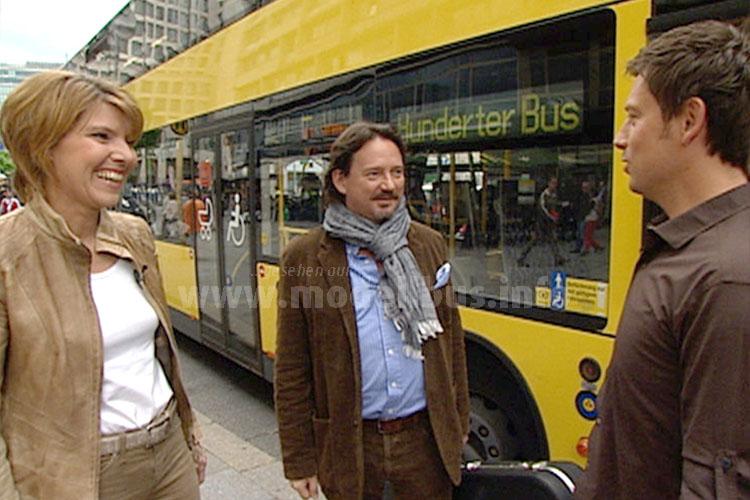 Sascha Hingst empfängt seine Gäste an der Bushaltestelle, dann geht es gemeinsam in den Bus. Bettina Böttinger und Kolja Kleeberg (mit Gitarrenkoffer) sind gespannt. Foto: RBB