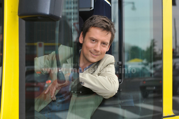 Moderieren kann Sascha Hingst, Busfahren darf er nicht - im Bus fühlt sich der Moderator des Fernsehsenders Radio Berlin-Brandenburg nicht nur hinter dem Lenkrad wohl. Foto: RBB