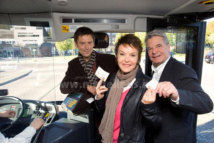 Fahrscheinkontrolle? Kein Problem: Schauspielerin Katrin Sass und Bundespräsident Joachim Gauck fuhren