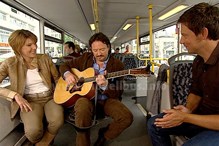 Wer Kolja Kleeberg kennt, der weiß, dass die Gitarre auch immer zusammen mit einer kleinen Gesangseinlage zum Einsatz kommt...