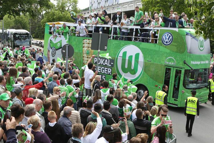 """Nach dem Sieg waren der Pokal und mehrere Schriftzüge """"Pokalsieger 2015"""" auf dem Bus..."""