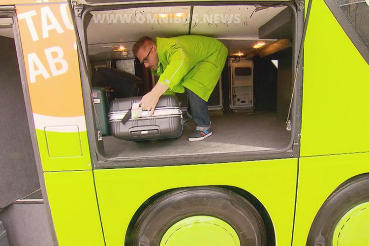 Der Praktikant Mark Förster muss auch Koffer im Gepcäraum verstauen - Foto: RTL.