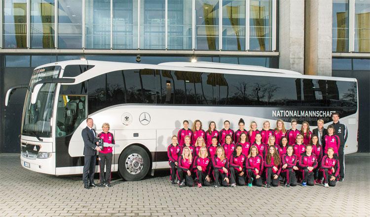 Rüdiger Kappel, Leiter Verkauf Mercedes-Benz Omnibusse Deutschland, übergibt symbolisch den Schlüssel des neuen Mannschaftsbusses an die Bundestrainerin Silvia Neid und die Frauennationalmannschaft.