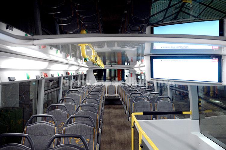 Panorama-Dach über den beiden ersten Sitzreihen im Oberdeck, große Monitore für die Fahrgastinformationen.