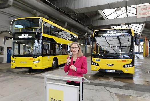 Dr. Sigrid Evelyn Nikutta präsentierte die neuen Berliner Busse: Während der Scania- Doppeldecker ein Unikat ist, gibt es den VDL Citea bald 236-fach in Berlin.