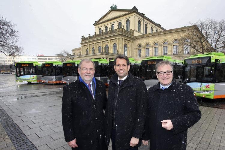 Üstra Vorstandsmitglied Wilhelm Lindenberg, Niedersachsens Minister für Wirtschaft, Arbeit und Verkehr, Olaf Lies, und Regionspräsident Hauke Jagau (v.l.) freuen sich über die neuen Hybridbusse.