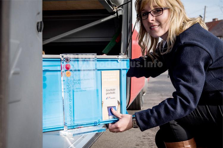 Busfahrerin Catalina Collin freut sich über die Auszeichnung. Neben Personen befördert der KombiBus neben Paketen beispielsweise auch Lebensmittel.