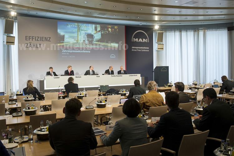 Jahrespressekonferenz: Georg Pachta_Reyhofen (4. von links) am 11. März 2015 in München mit den Zahlen von 2014.