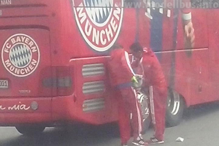 Zum Glück herrschte Nebel, sodass man nicht genau sehen konnte, was die Bayern in ihren Bus füllten...