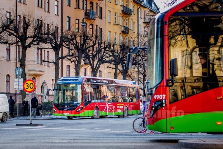 Seit 16. März 2015 sind acht Elektro-Hybridbusse im Stadtverkehr Stockholms auf der Linie 73 zwischen Ropsten und dem Karolinska-Institut im Einsatz.