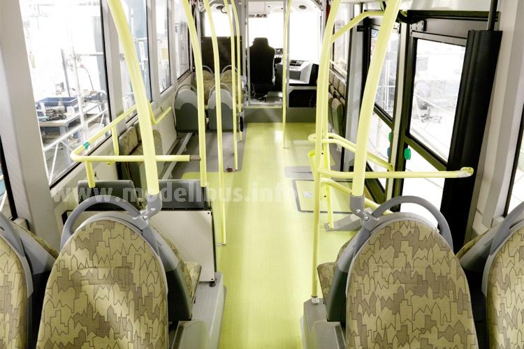 Blick in den Fahrgastraum: Rechts die beiden Türen zwischen den Achsen, vorne der zentrale Fahrerplatz.