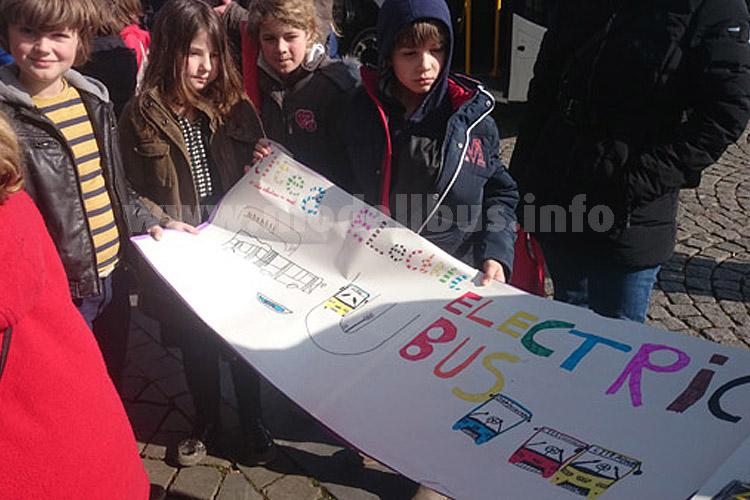 ...mit Schülern einer Maastrichter Grundschule an Bord des Busses auf seiner ersten Fahrt zum Maastrichter Marktplatz.