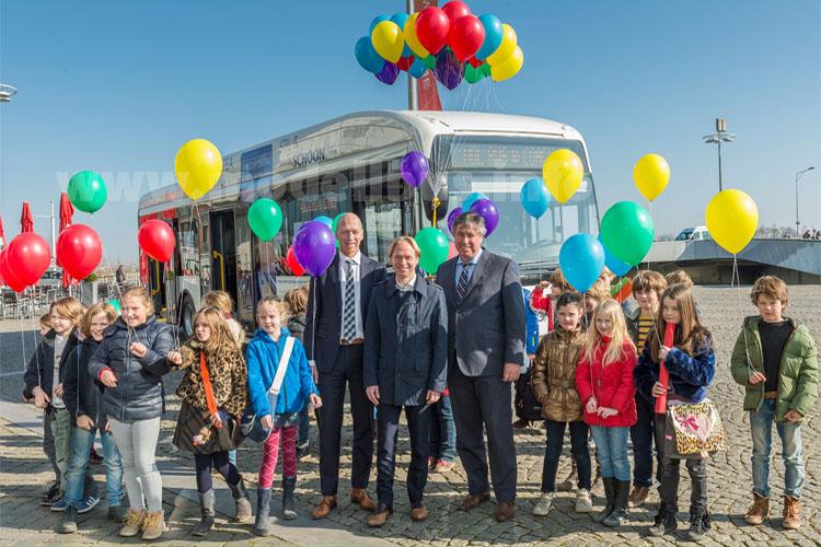 Patrick van der Broeck, Provinzabgeordneter, Gerdo van Grootheest, Stadtbeigeordneter in Maastricht und Ben Dwars, Konzessionsdirektor von Veolia Transport Limburg, waren zusammen...