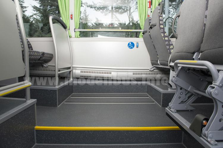 Wird ein Hublift bestellt, kann der Rollstuhl vis-a-vis von der mittleren Tür geparkt werden.