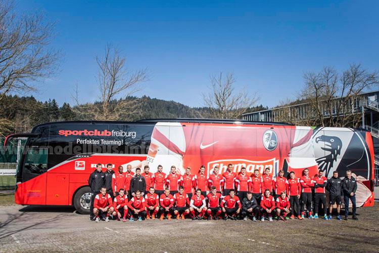 Die Erstliga-Mannschaft des SC Freiburg vor dem neuen S 517 HD der Setra ComfortClass 500.