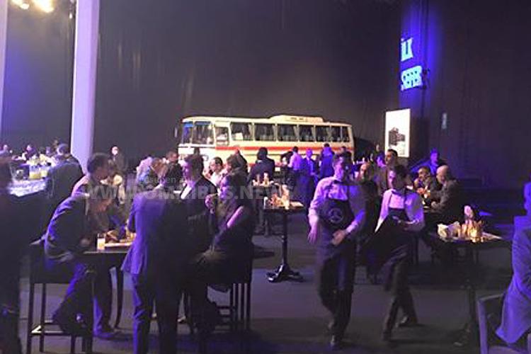 Bevor die Premierenfeier begann, konnten sich die geladenen Gäste an den in der Türkei bisher gebauten Mercedes-Benz Omnibussen erfreuen. Foto: BUS TV / Facebook