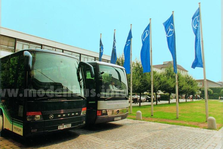 Am Tag der Unterzeichnung des notariellen Kaufvertrags zur Übernahme des Busherstellers Kässbohrer durch die Mercedes-Benz AG standen ein Mercedes-Benz O 404 und ein Setra der Baureihe 300 vor der Unternehmens- zentrale in Stuttgart-Untertürkheim.