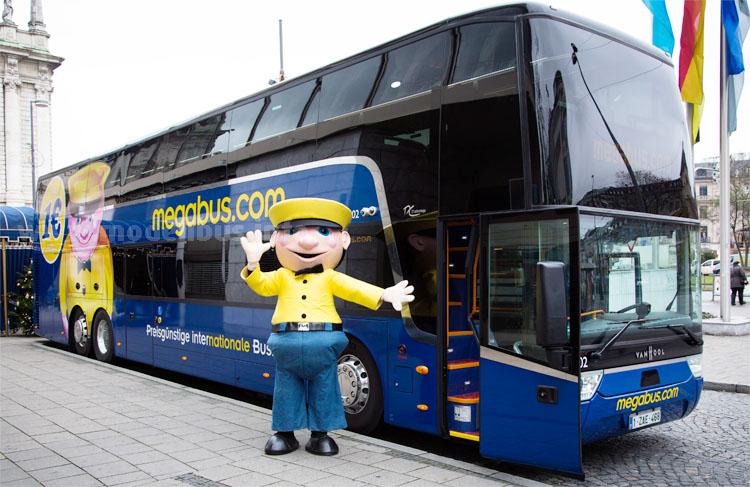 Sid, das Megabus-Maskottchen, freut sich auf neue Linien und Fahrgäste.
