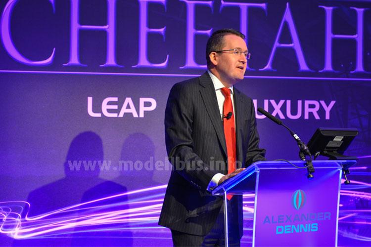 Colin Robertson, Vorstandsvorsitzender von ADL, bei der Weltpremiere des Plaxton Cheetah XL.