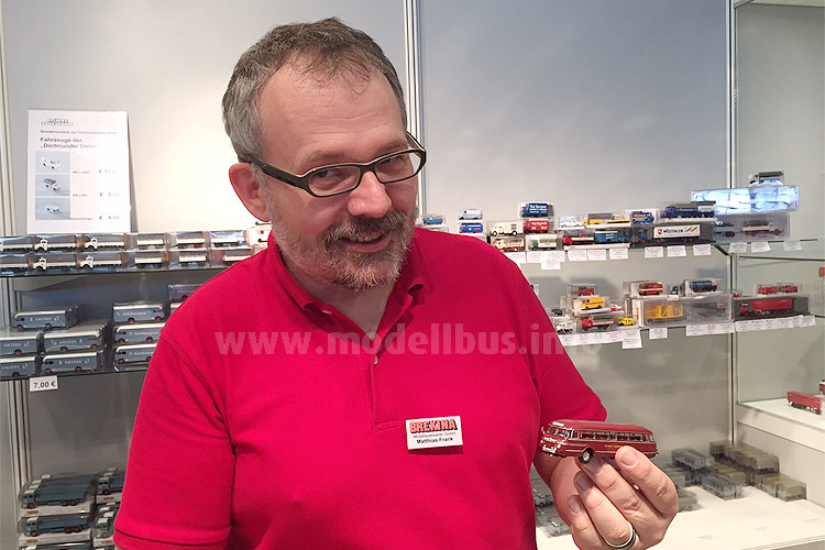Stand bei Brekina Rede und Antwort: Matthias Frank mit dem Schi-Stra-Bus und den Modellbussen von Starline Models, die in Deutschland über Brekina vertrieben werden.