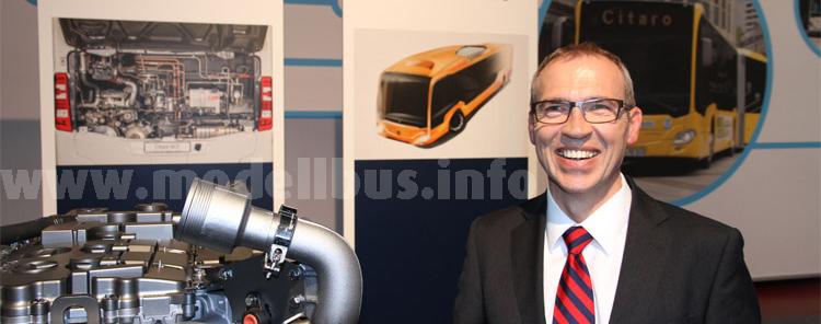 Gustav Tuschen, Leiter Entwicklung Daimler Buses, mit dem neuen Erdgasmotor.