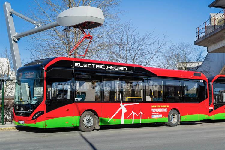Der 12 m lange Elektro-Hybridbus Volvo 7900 Electric Hybrid an der Ladestation des Volvo-Elektrobus- Kooperationspartners Siemens in Stockholm (Schweden).