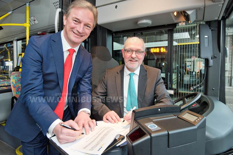 Der Vorstandsvorsitzende des Energiedienstleisters EWE, Matthias Brückmann (links), und VWG-Geschäftsführer Michael Emschermann unterstreichen mit dem neuen Rahmenvertrag ihre langjährige Partnerschaft. Foto: VWG