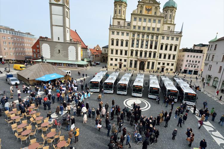 Die Vorstellung der neuen Erdgasbusse fand auf dem Rathausplatz statt. Sieben der Zwölf neuen Erdgasbusse waren vorgefahren. Foto: Daimler