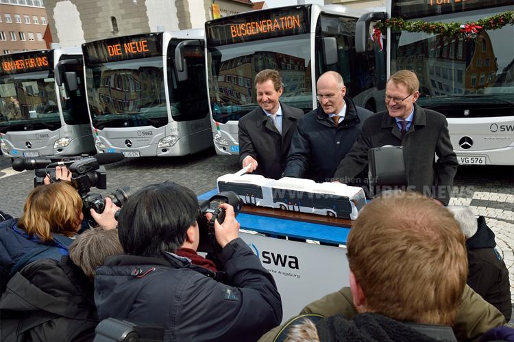 Dr. Walter Casazza, Geschäftsführer Augsburger Stadtwerke, Oberbürgermeister Dr. Kurt Gribl und Hartmut Schick ließen sich den Mercedes-Benz Citaro NGT schmecken. Foto: Daimler