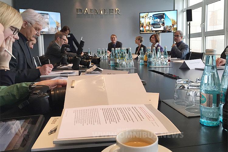Jahrespressegespräch bei Daimler Buses: Hartmut Schick steht Rede und Antwort. Foto: Schreiber