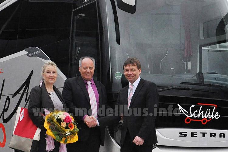 Die Geschäftsführer Irmela und Konrad Schüle übernehmen das Jubiläumsfahrzeug im Neu-Ulmer Setra  Kundencenter von Robert Mattes, Leiter des Setra Vertriebsgebietes Bayern.