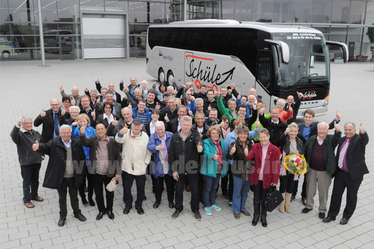 """Daumen hoch für den neuen S 516 HD. Die mitgereisten Gäste des Allgäuer Busunternehmens  waren bei der Übernahme """"ihres"""" neuen Busses begeistert."""