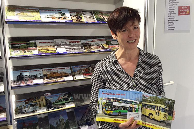 Lucia Roher vom EK-Verlag mit den neuen Busbüchern.