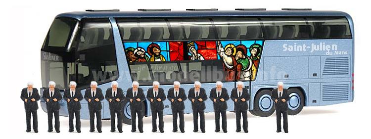 Omnibusse mit Pilgern sind heute zur Kathedrale Saint-Julien du Mans unterwegs.