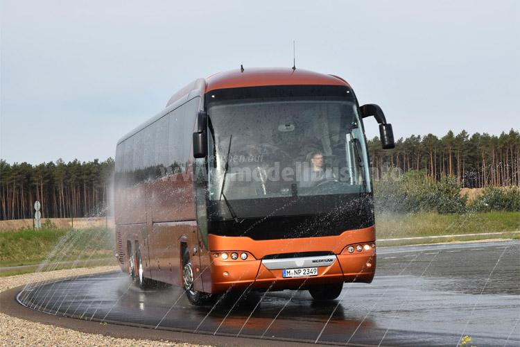 Der renommierte Bustester Sascha Böhnke nahm diesmal den Neoplan Tourliner unter die Lupe.