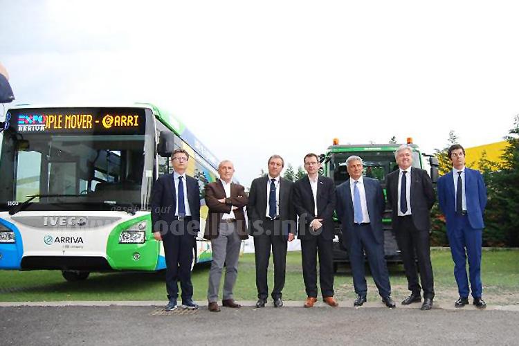 Bei der offiziellen Übergabezeremonie waren Pierre Lahutte, Iveco Brand President (Mitte), Giuseppe Tomarchio, City Manager der Stadt Mailand, und Piero Galli, Generaldirektor der EXPO sowie weitere Honoratioren anwesend.